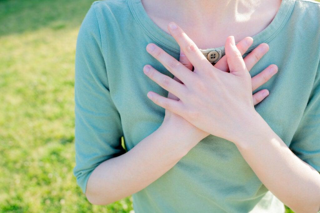 Een vrouw met de handen op haar borst