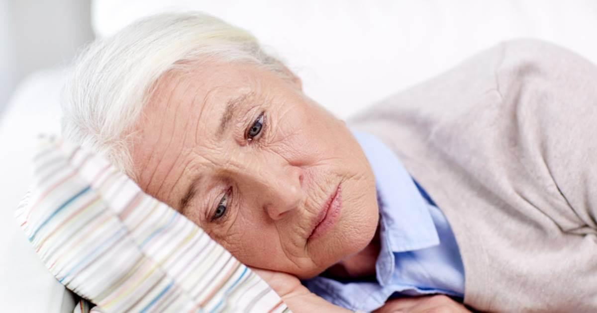 Mujer mayor acostada evidenciando bradipsiquia