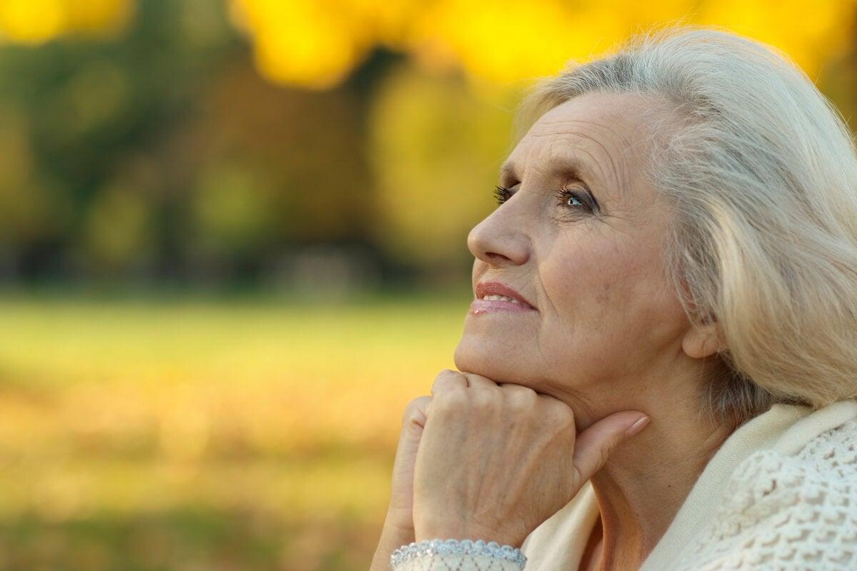 Mujer mayor pensando