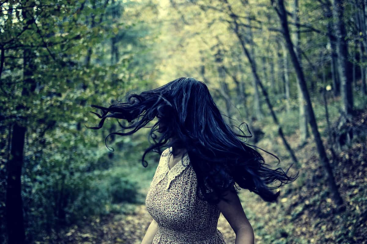 Mujer corriendo con miedo