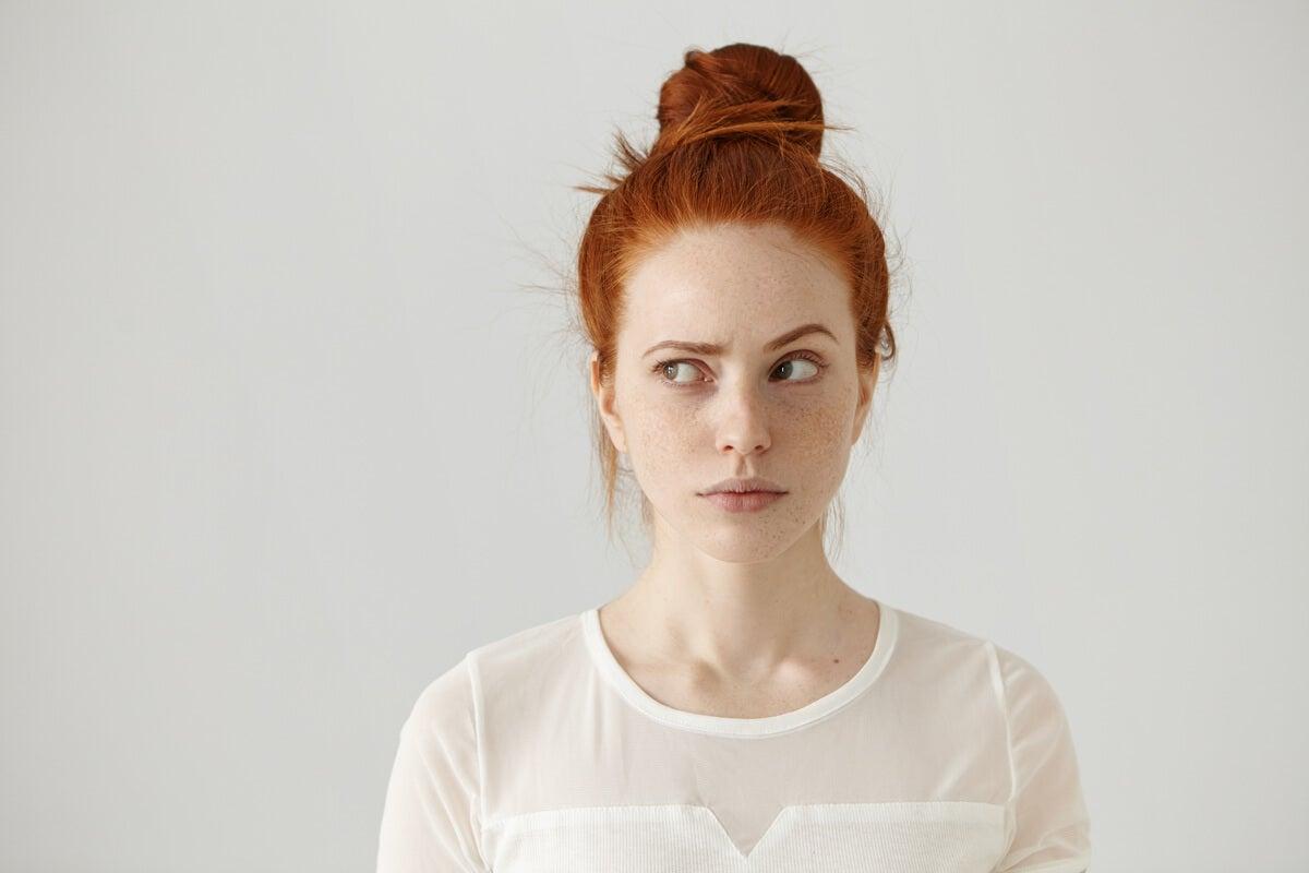 Mujer mirando de lado