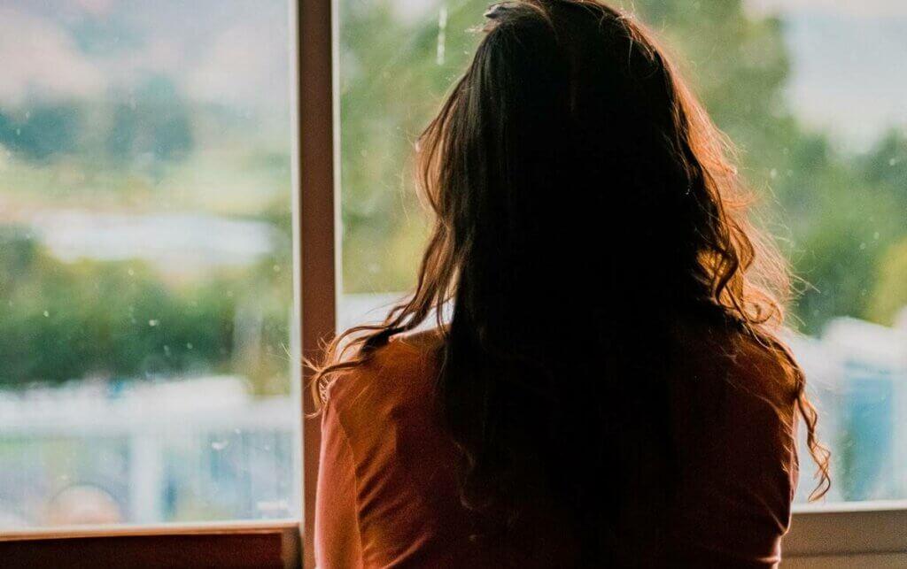 Mujer mirando por una ventana