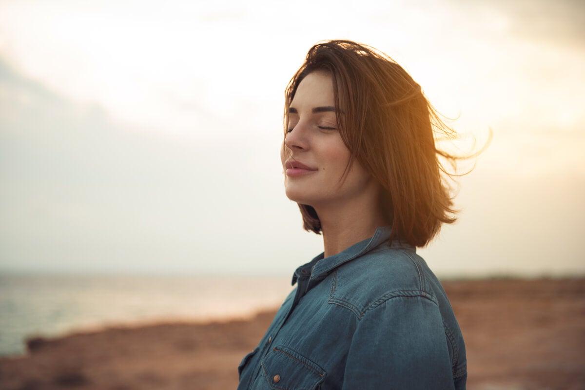 Mujer feliz porque aplica tratamientos eficaces contra la ansiedad