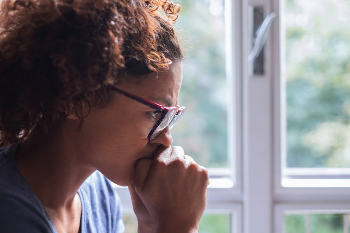 Mujer pensando cómo dejar de pensar en algo
