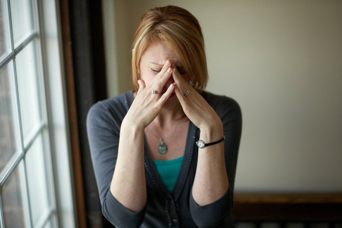 Mujer pensando en que está siempre preocupada