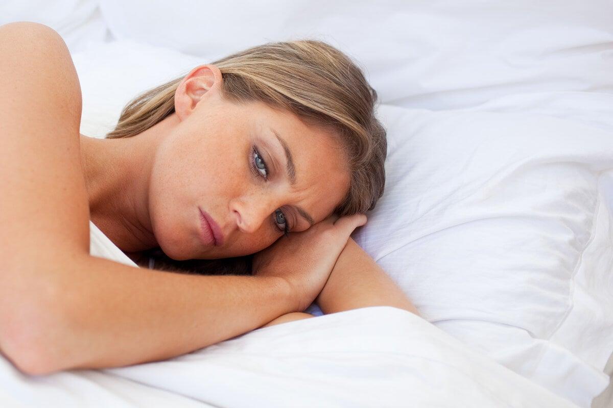 Mujer preocupada en la cama