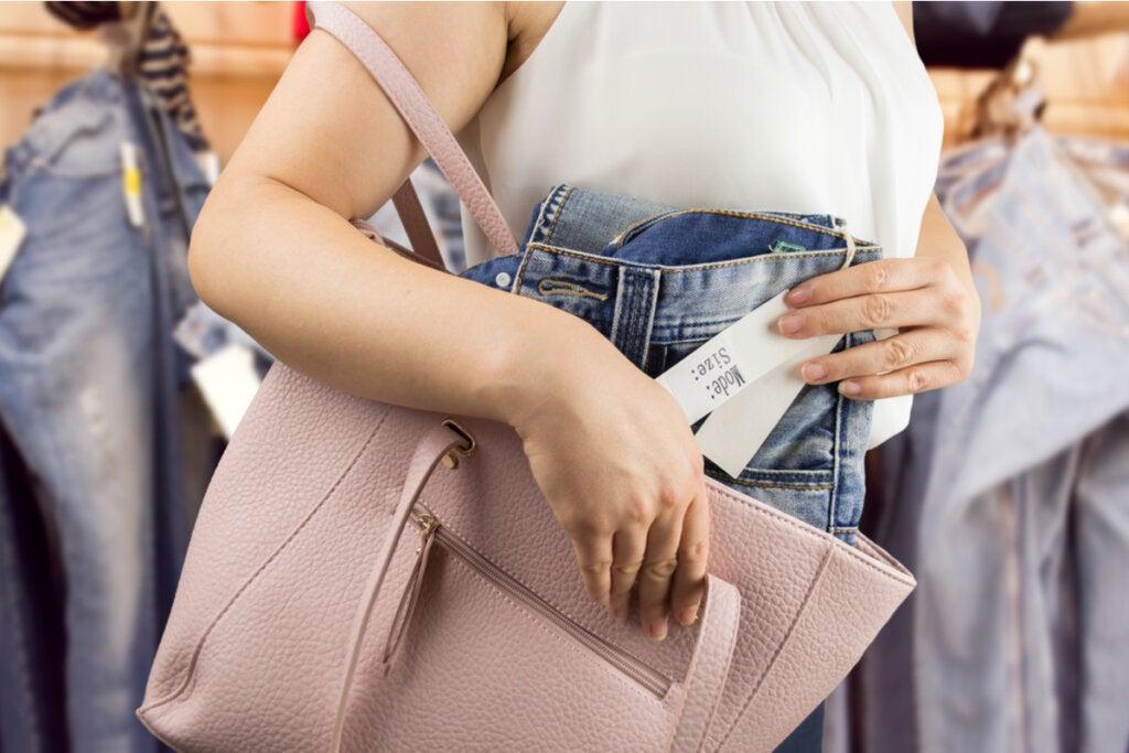 Mujer con cleptomanía robando un bolso