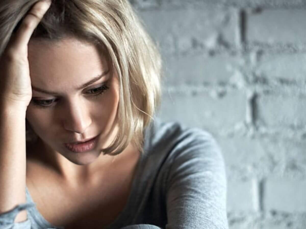 Mujer sintiéndose ofendida