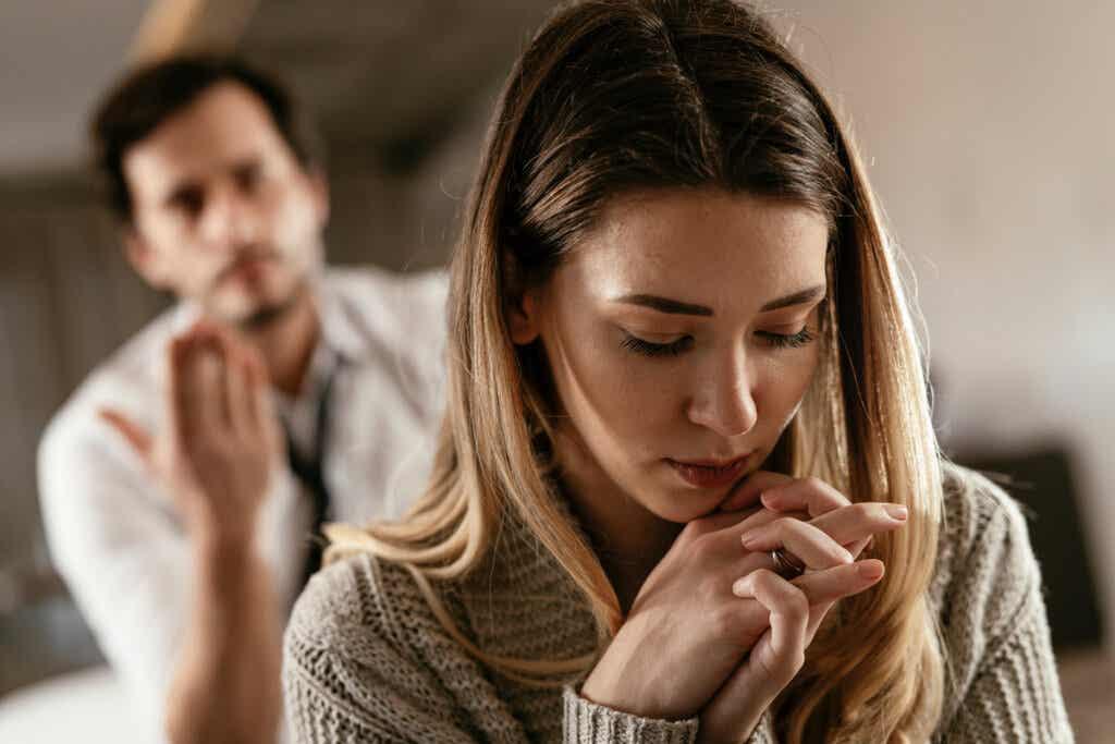 Mujer en silencio con su pareja