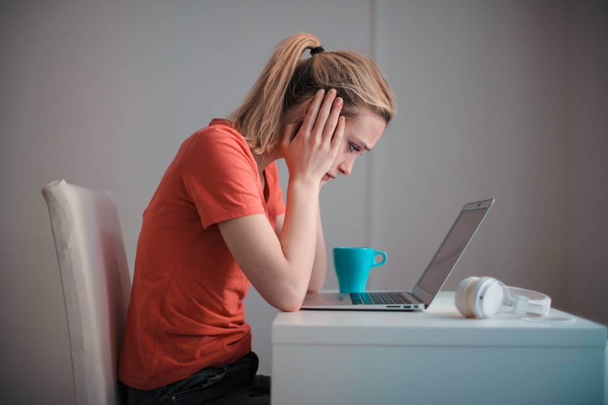 Chica ante el ordenador que sufre ansiedad y problemas de concentración