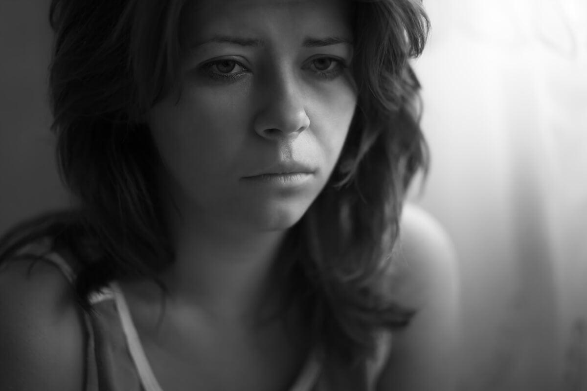Mujer triste por maltrato psicológico