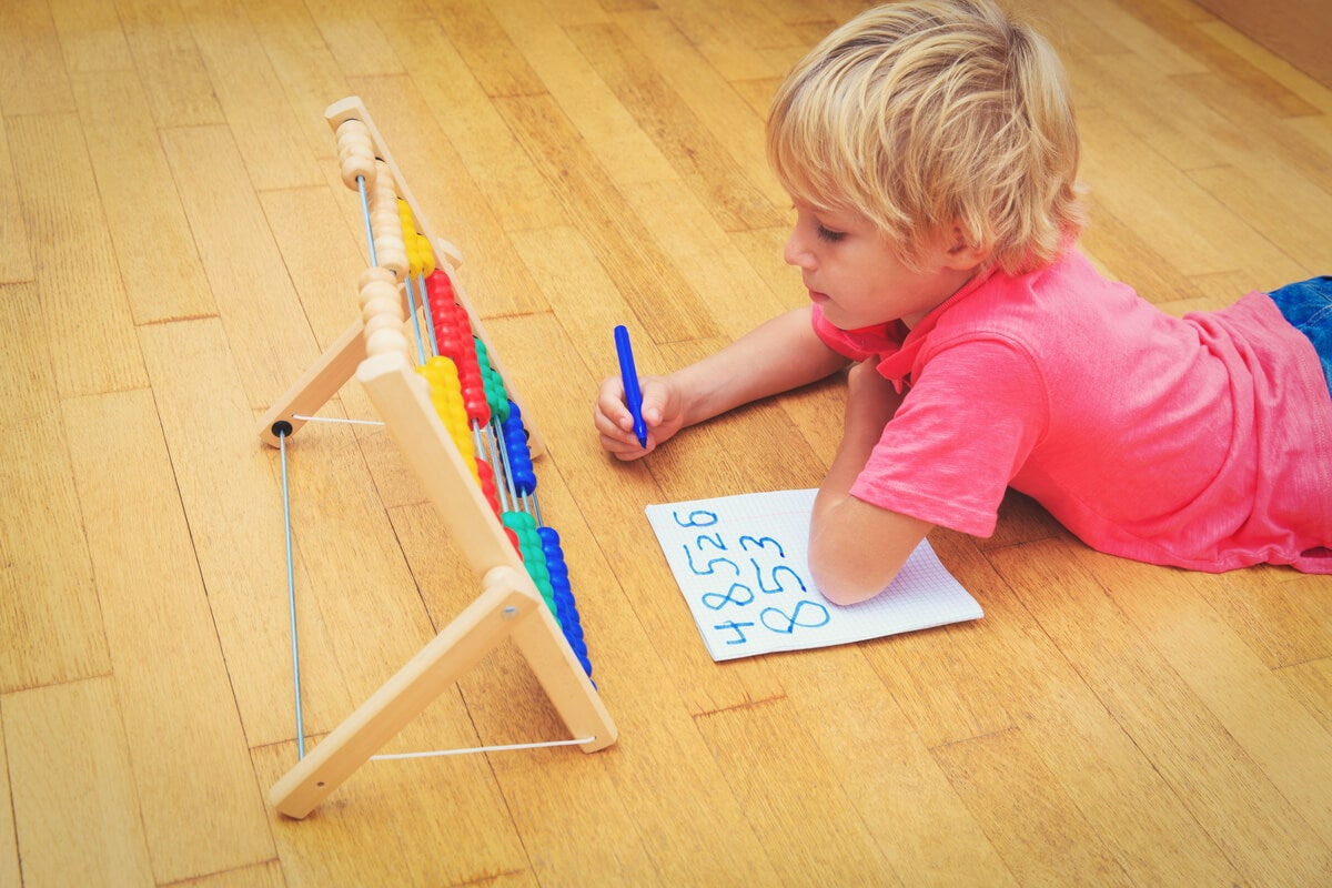 Niño aprendiendo a contar