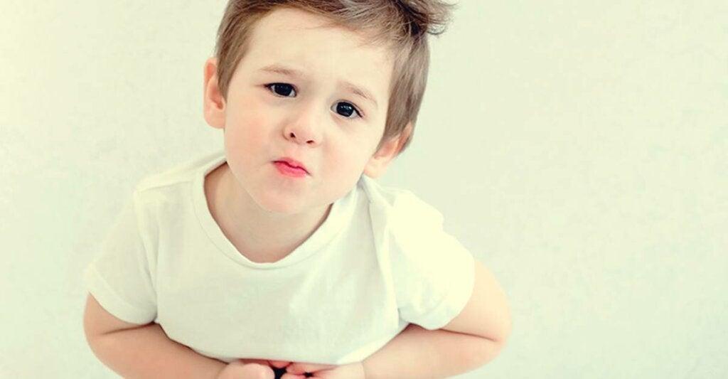 Niño que sufre vómitos psicógenos
