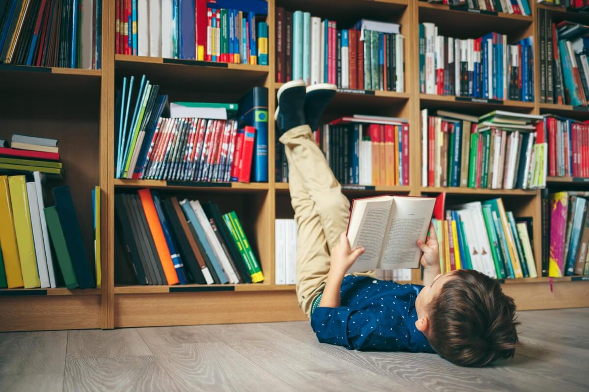Niña leyendo en una biblioteca