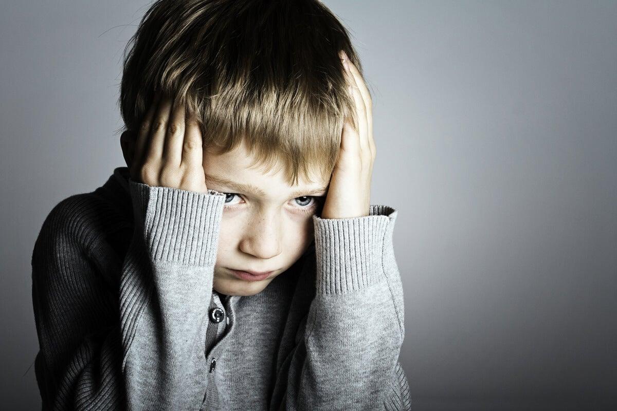 Niño con miedo debido a los síntomas de estrés postraumático