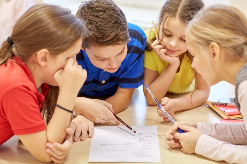 Niños en clase trabajando en grupo