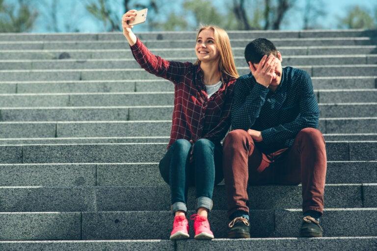 La distancia patológica entre lo sentimos y mostramos en las redes sociales