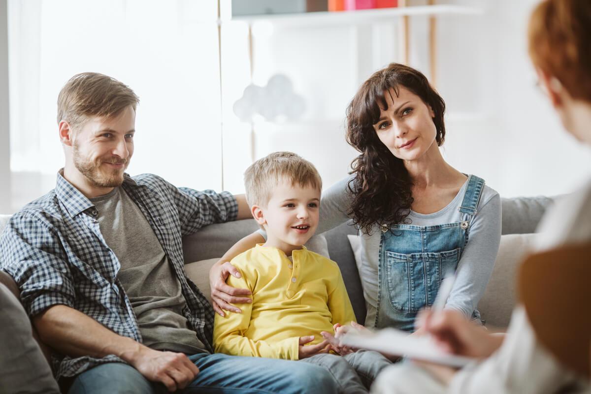 Padres con su hijo en el psicólogo hablando sobre las escenificaciones emotivas