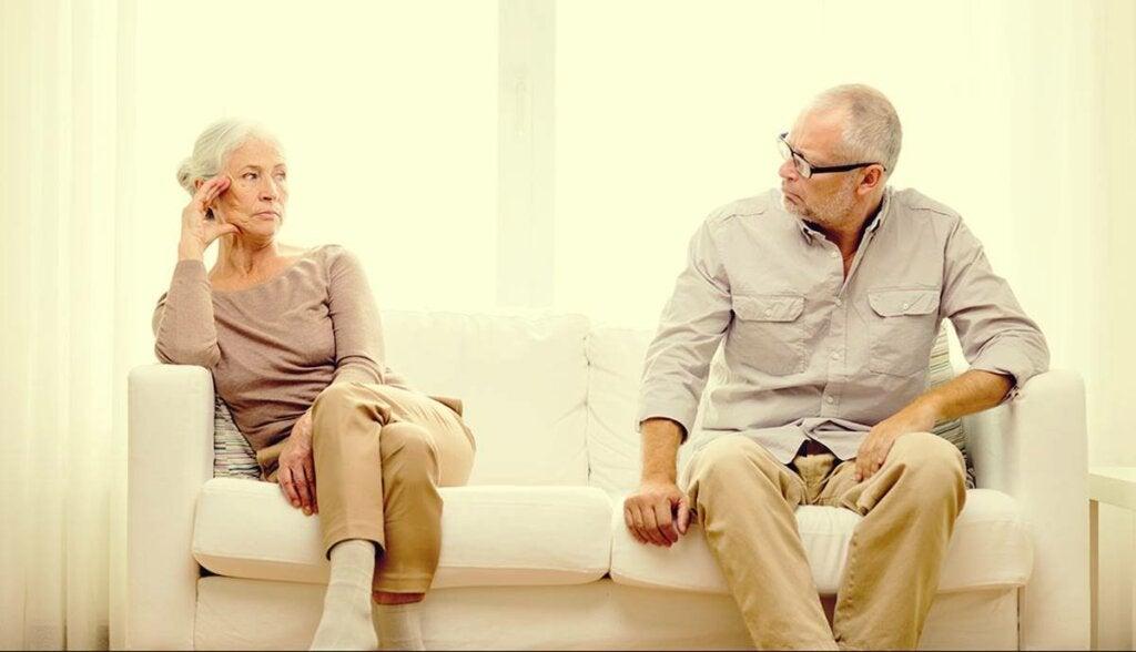 Ouder stel denkt aan grijze scheiding