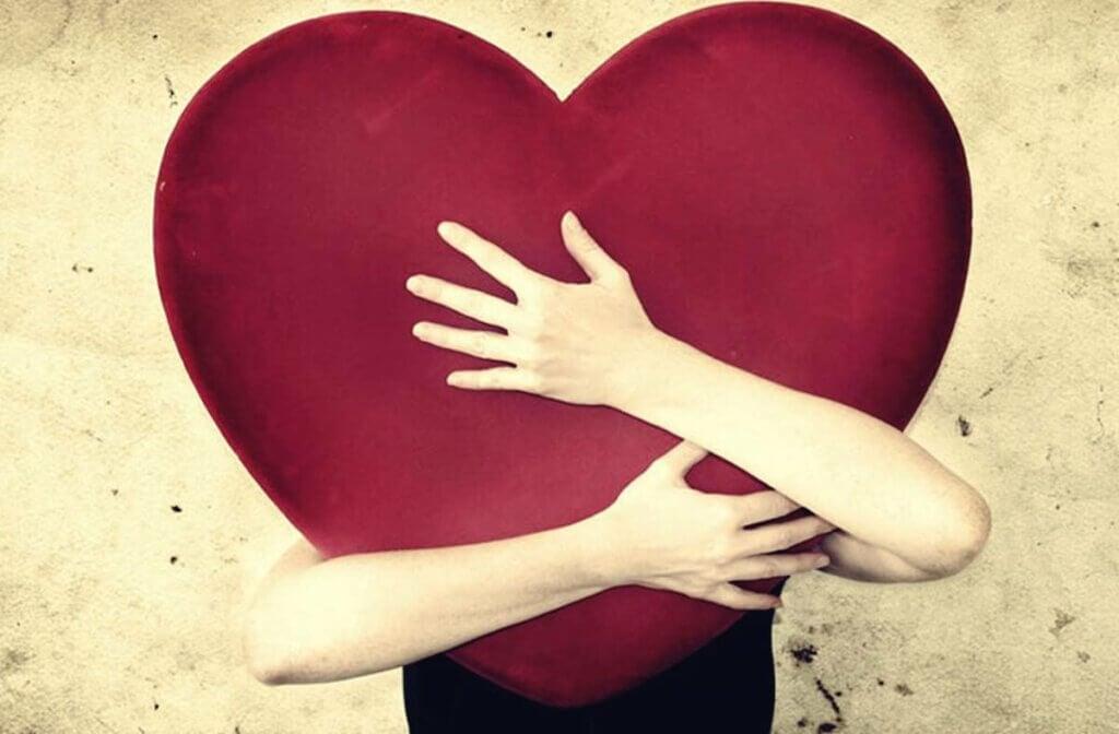 Persona abrazando un corazón