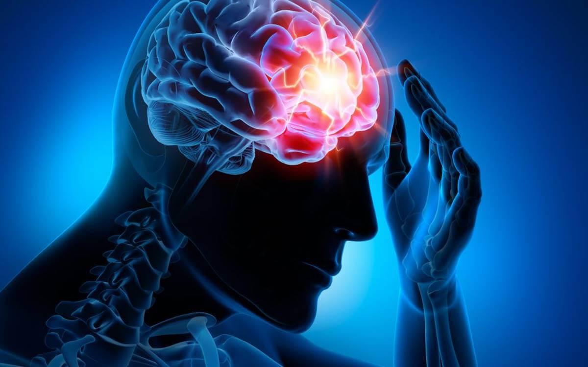Persona con el cerebro iluminado simbolizando el efecto de la apraxia constructiva