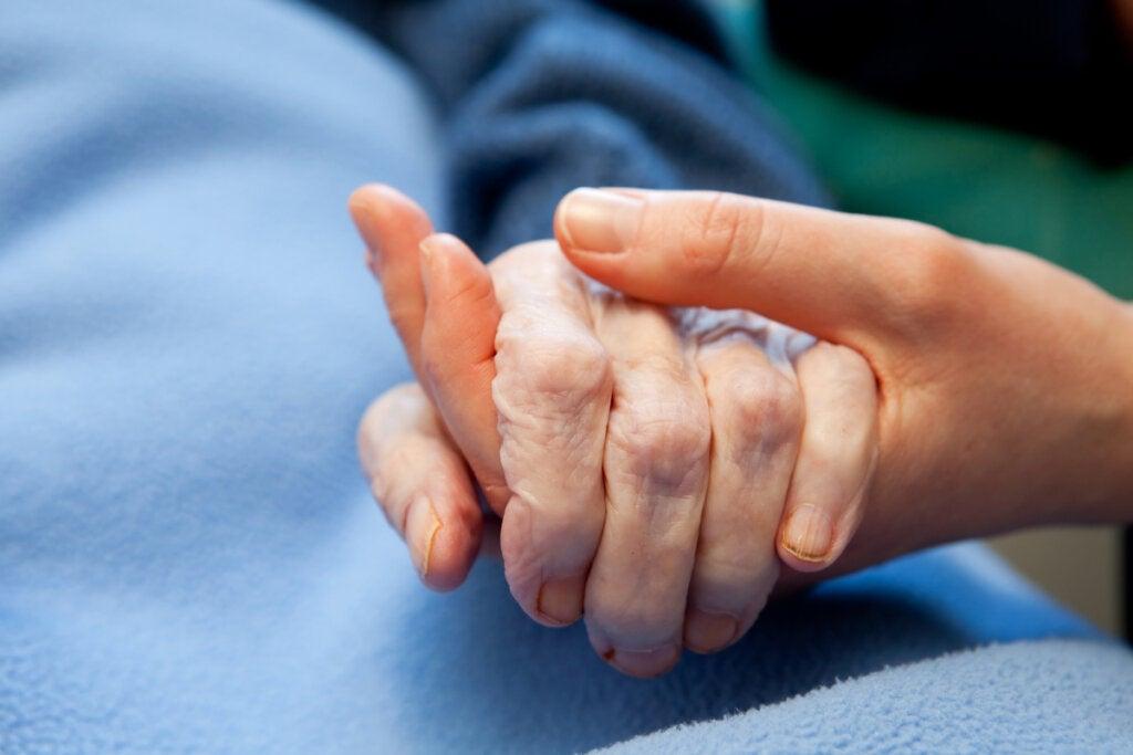 Persona cogiendo la mano a otra para despedirse
