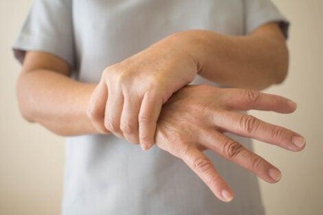 Persona sujetándose la mano