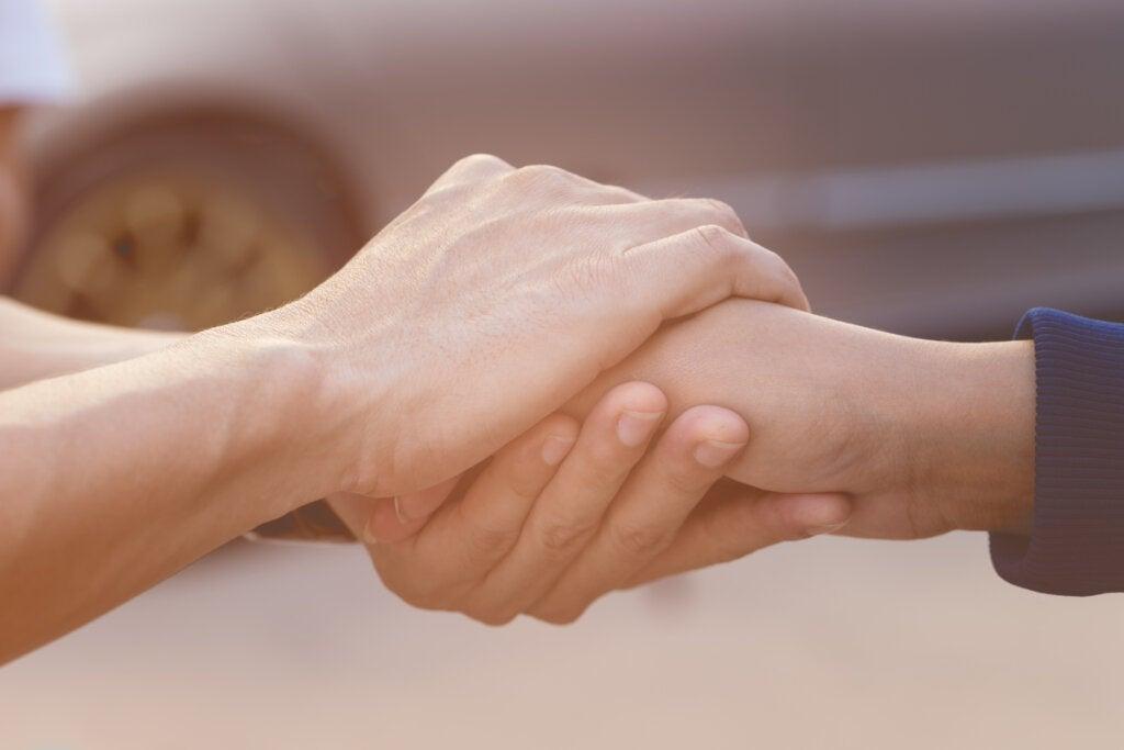 Personas agarrándose las manos
