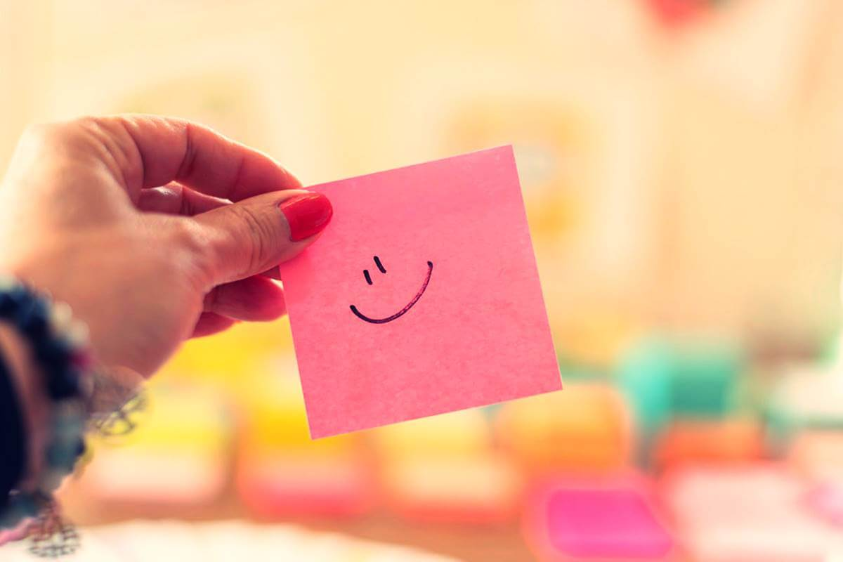 Postit sonriente representando que pensar en positivo no siempre nos funciona