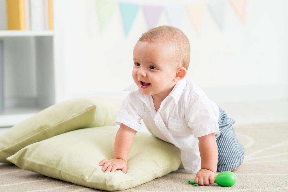 Bebé en la etapa sensoriomotora