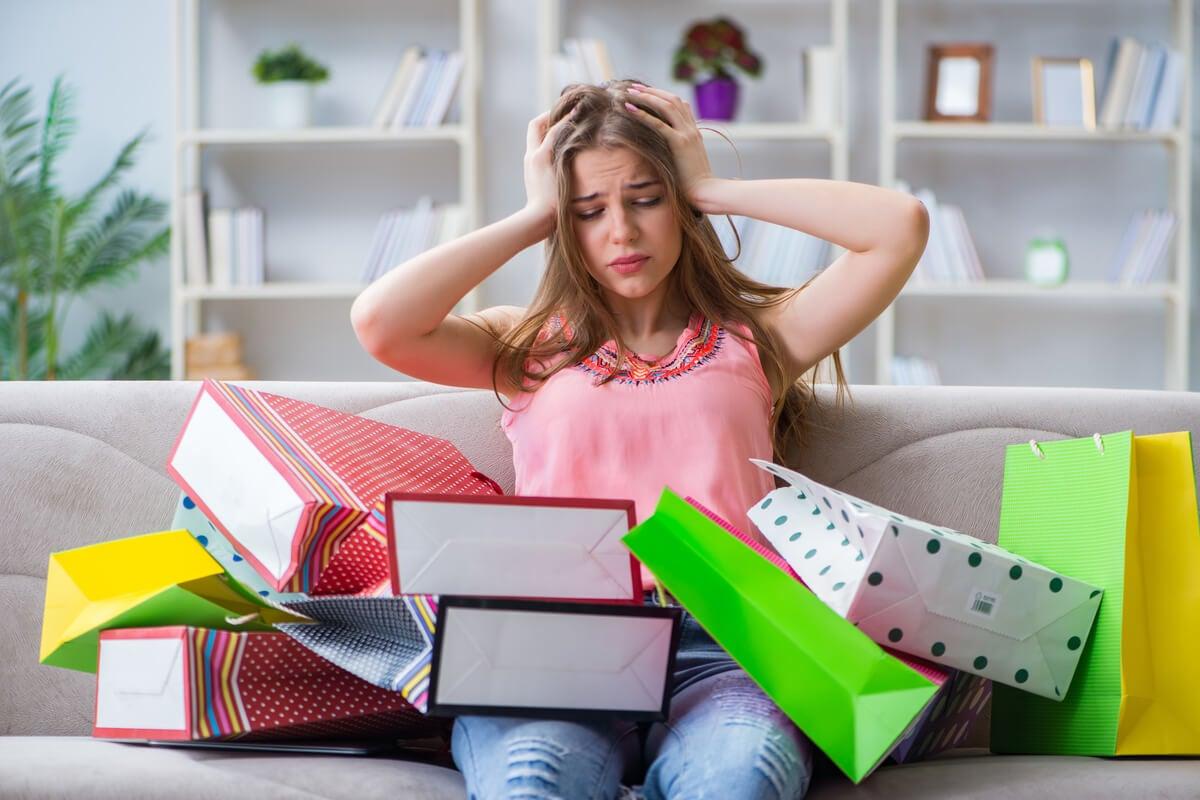 Chica agobiada por las compras compulsivas