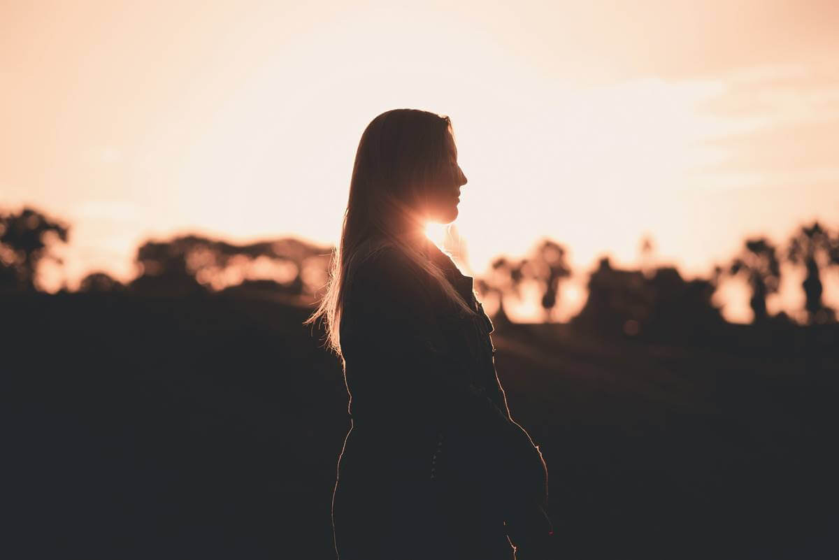 Chica al atardecer pensando en la relación de la ansiedad y sistema inmunitario