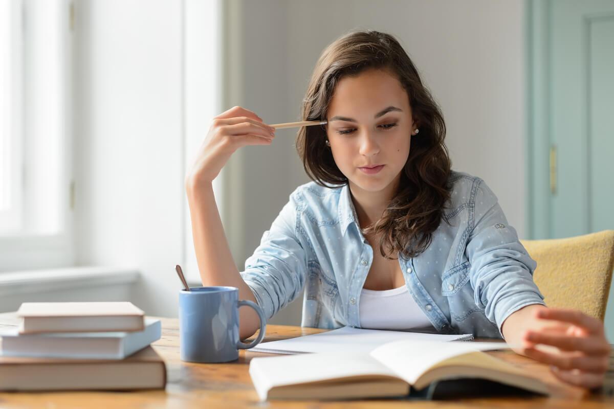 Chica estudiando en una biblioteca
