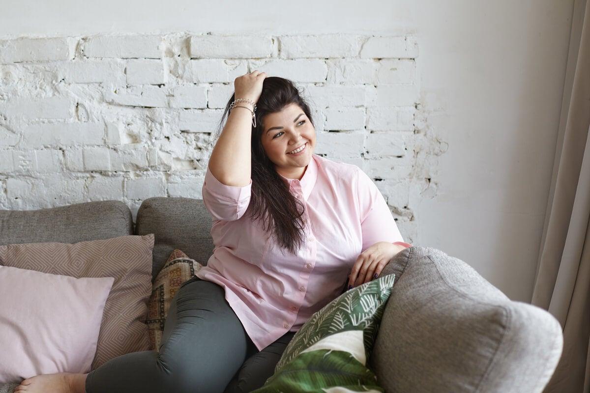 Chica feliz sin miedo a la gordofobia