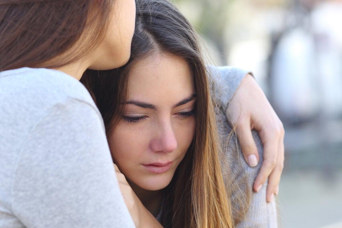 Chica llorando por la pérdida de un ser querido durante los primeros días de duelo