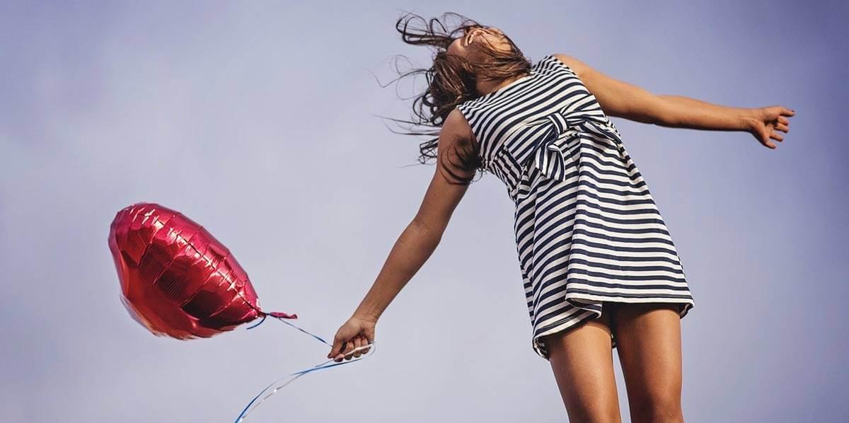 Chica con globo representando las emociones expansivas