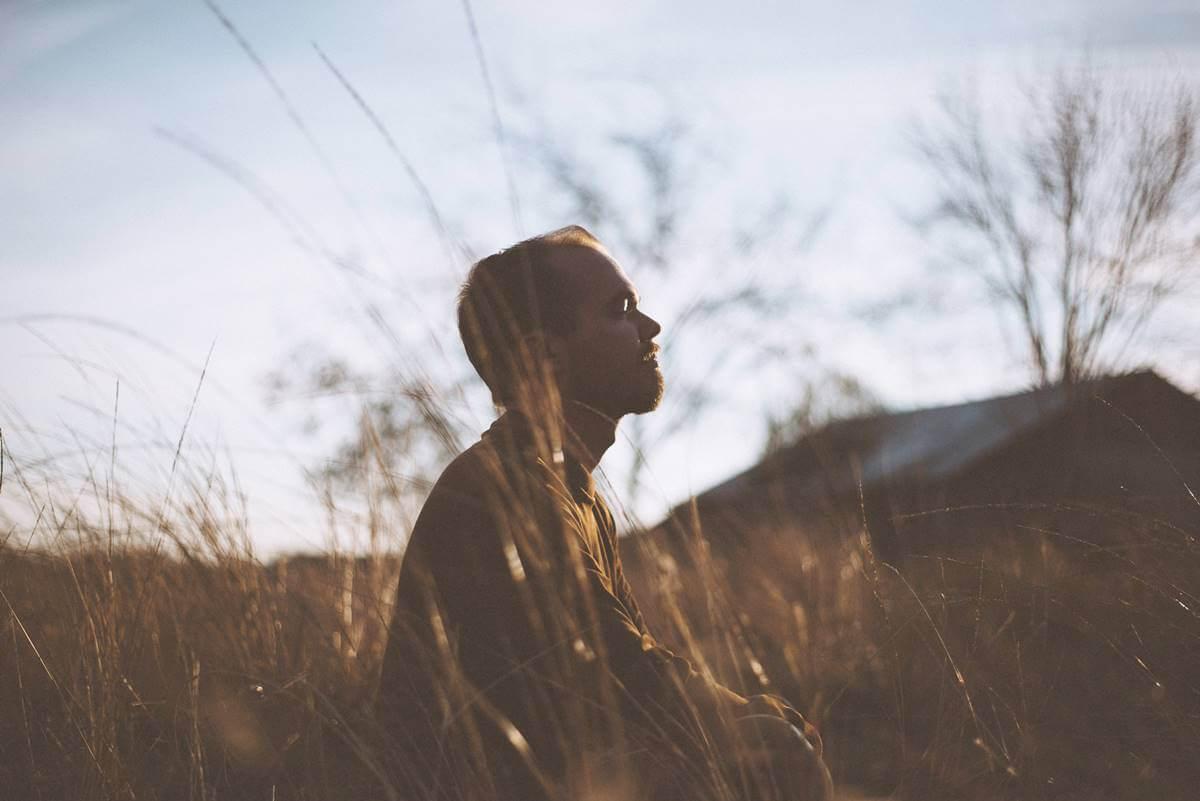Chico en soledad en el campo para representar el concepto Honjok
