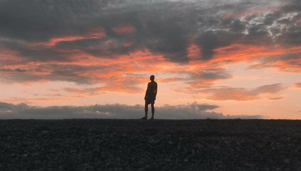 Hombre en el horizonte pensando en reducir el miedo a la muerte
