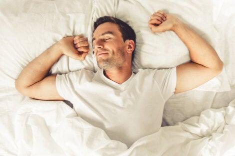 Hombre con clinomanía en la cama