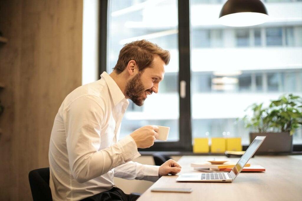 Hombre con ordenador representando cómo lidiar con el compañero de trabajo incompetente