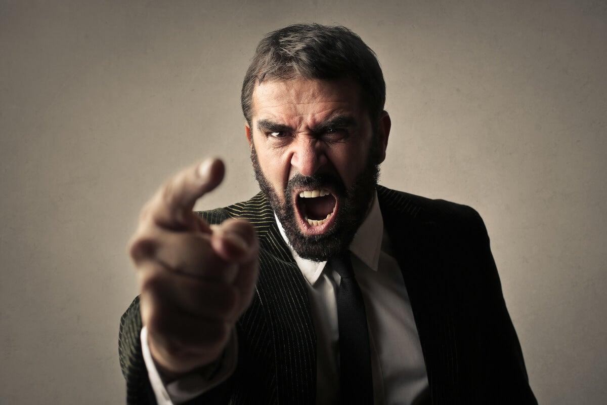 Hombre gritando debido a la ira narcisista