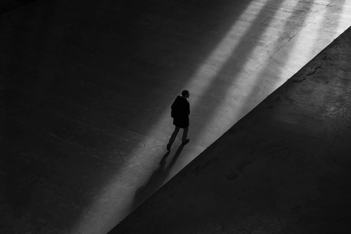 Hombre entre sombras preguntándose si los maltratadores pueden cambiar
