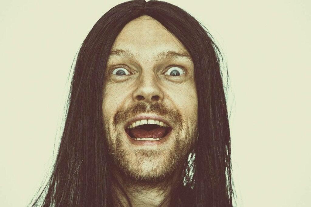 Hombre con expresión de locura ejerciendo el síndrome de abdicación