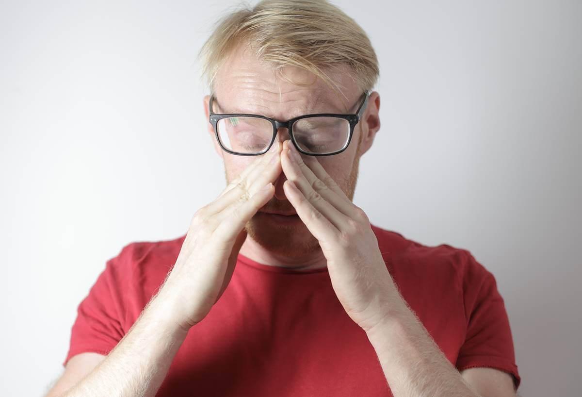 Hombre con gafas sintiendo que estoy desbordado