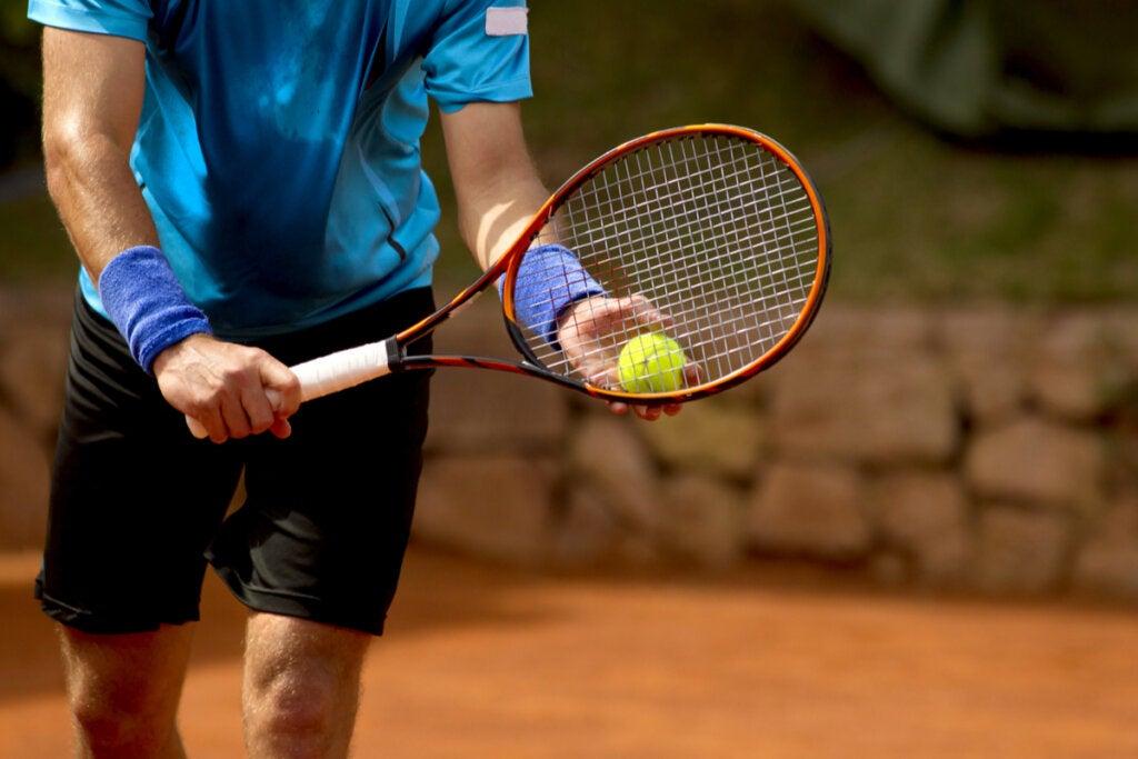Hombre jugando al tenis