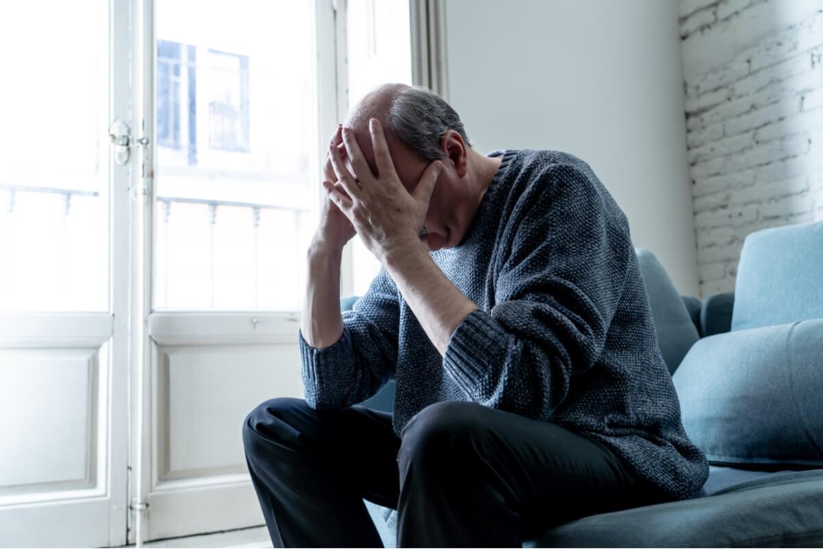 Hombre con las manos en la cabeza pensando en los principales trastornos de la personalidad