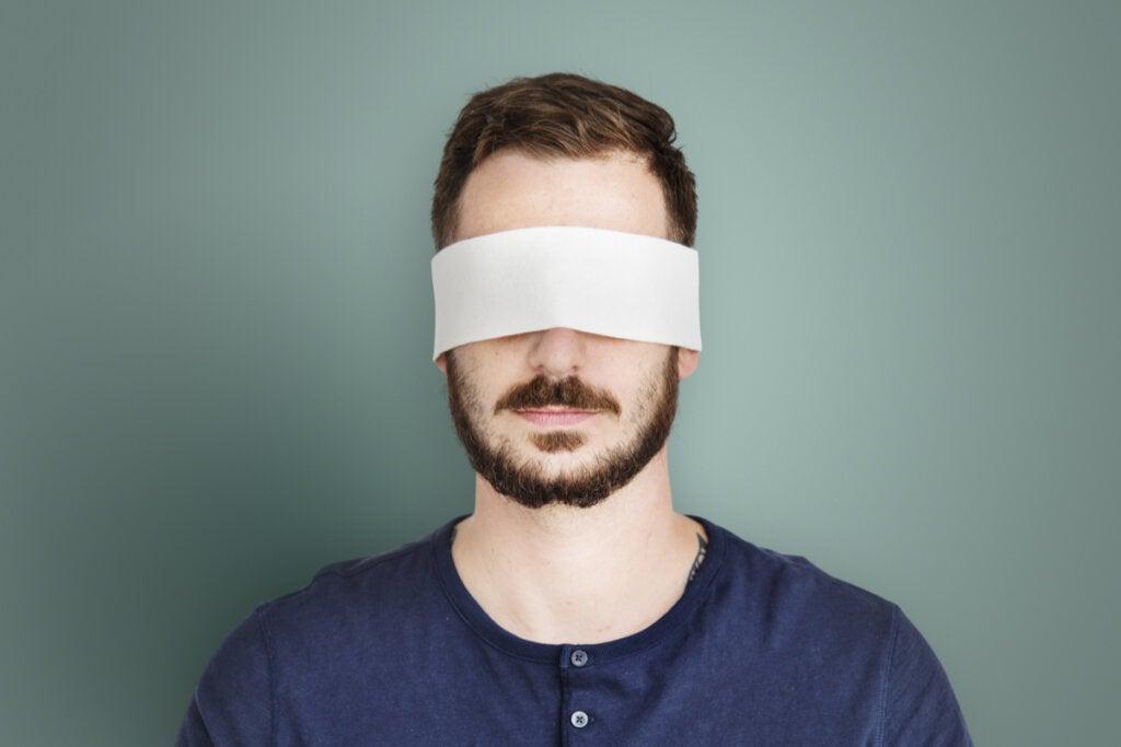 Hombre con los ojos vendados