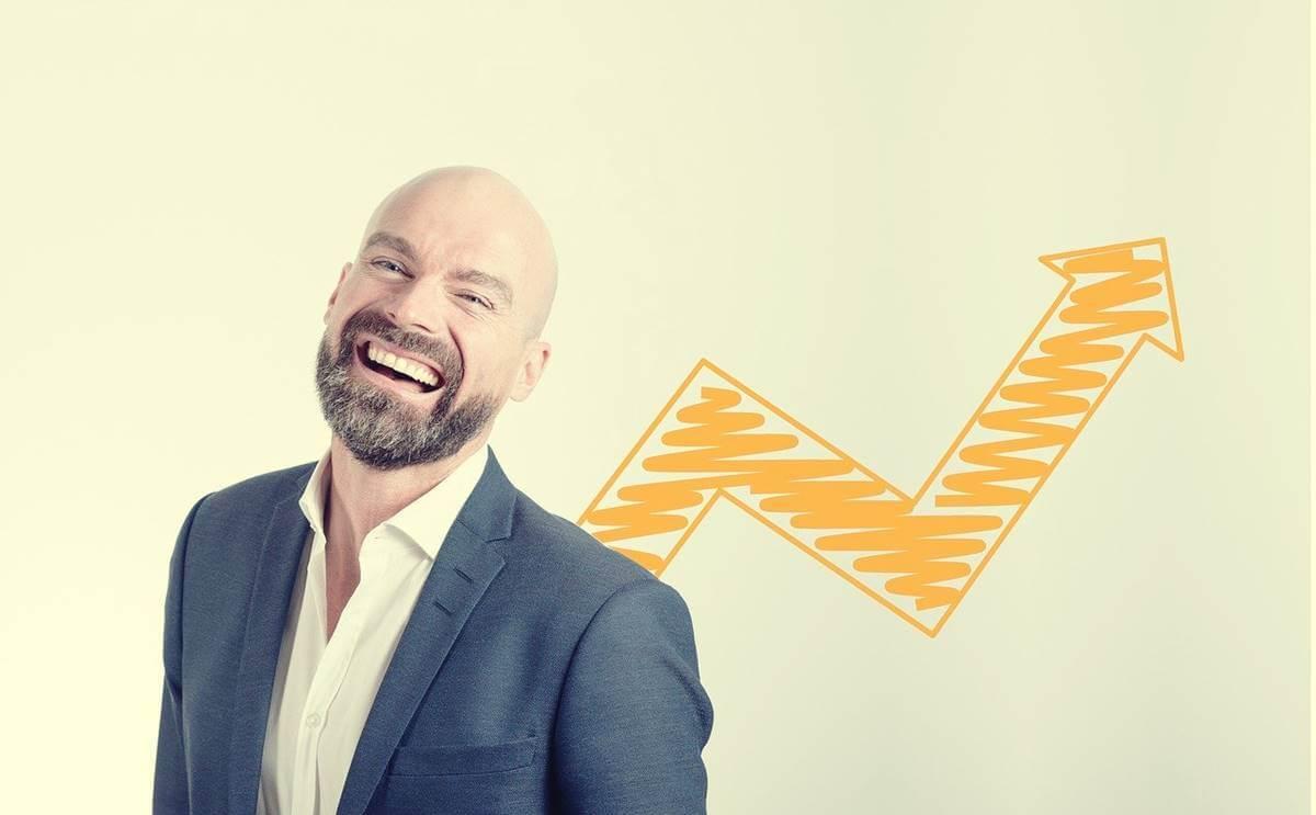 Hombre sonriendo para representar el síndrome de abdicación