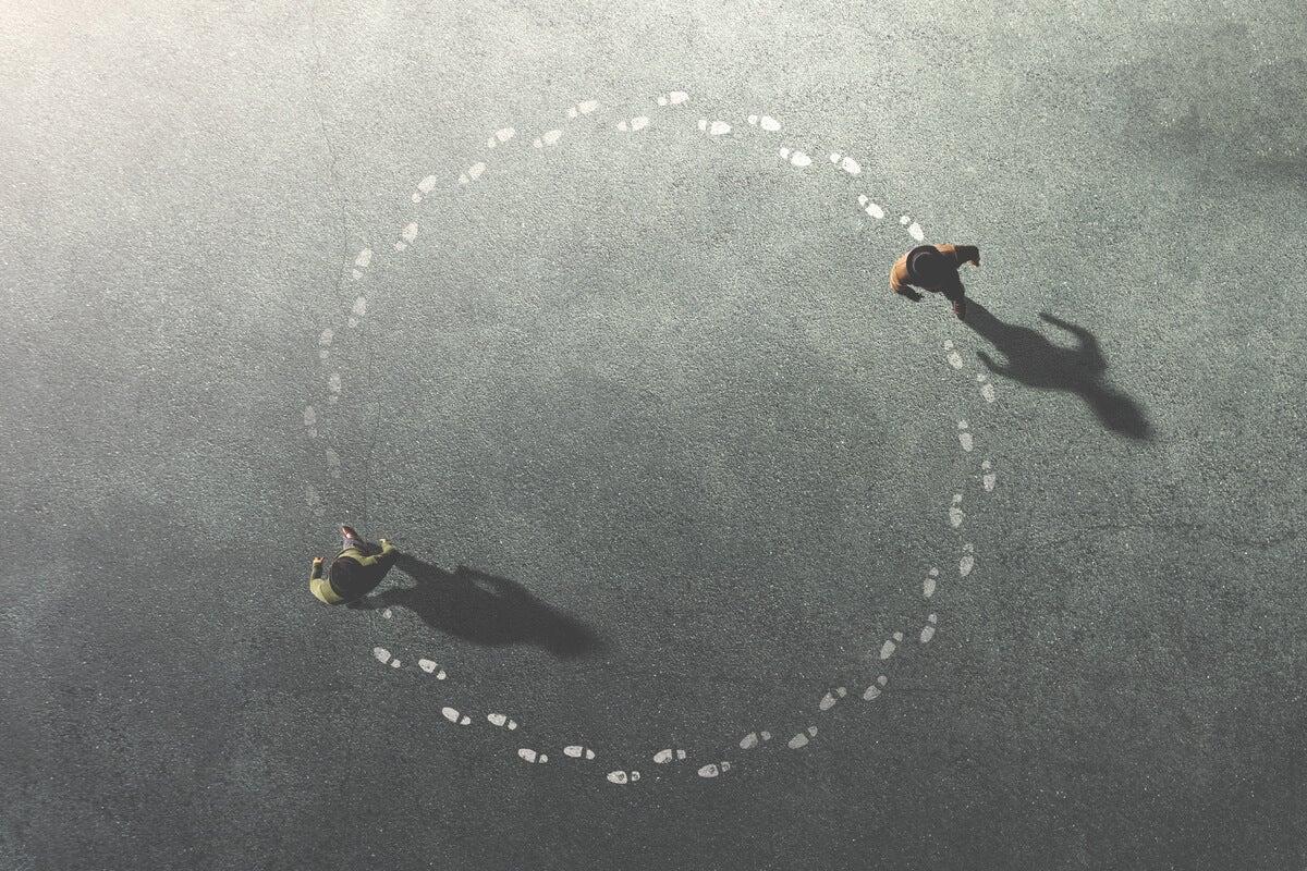 Hombres dando vueltas en círculos saliendo de la Negentropía