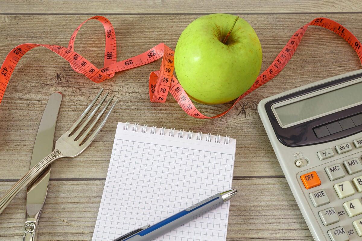 Libreta y calculadora para apuntar las calorías de la manzana
